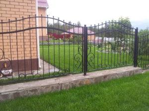 кирпично кованный забор